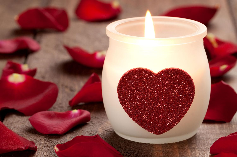 Kerze mit Herzen und Rosenblätter