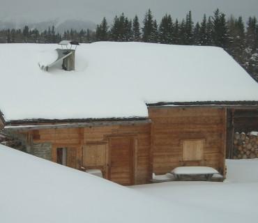 Almhütte auf der Rodenecker Alm im Winter